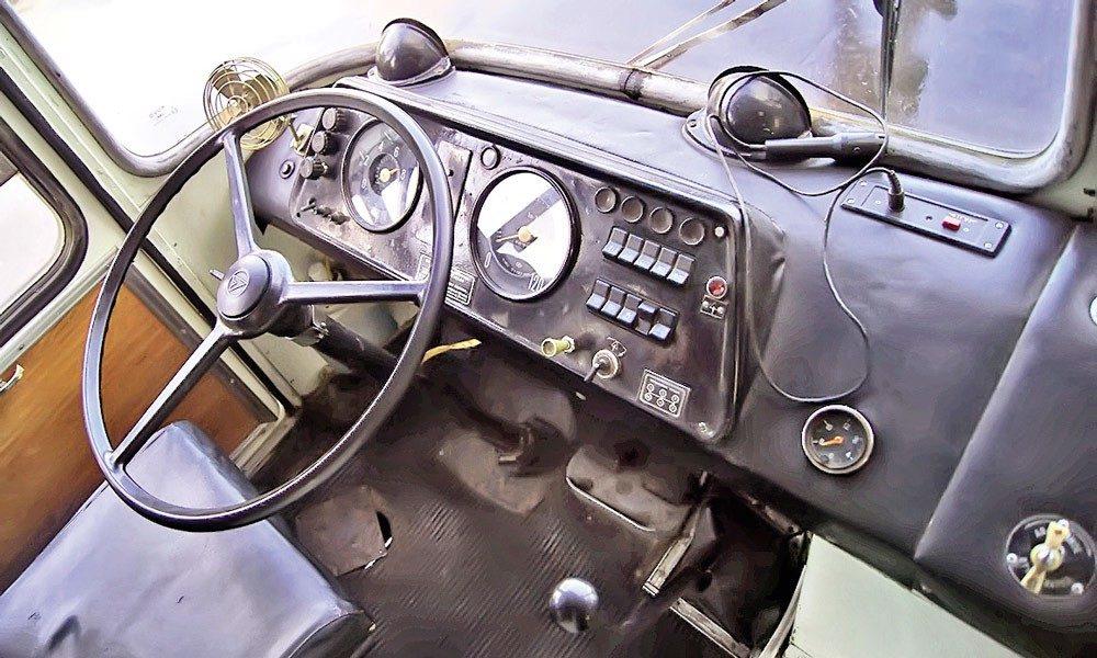 ЛАЗ 695 водительское место